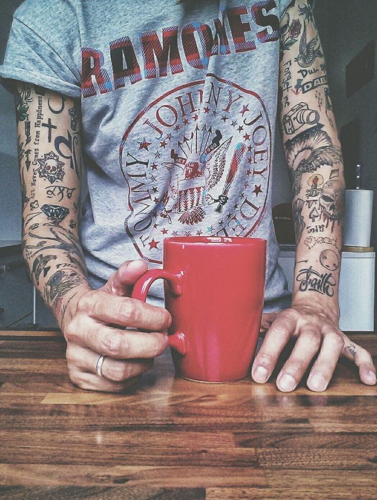 Love the random tattoos making up sleeves as much as the full sleeve pieces