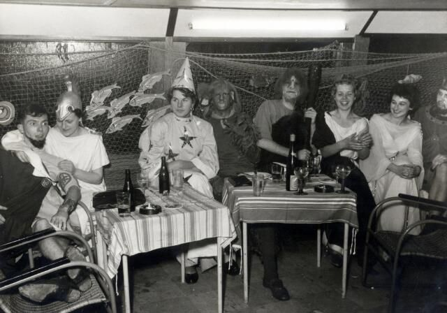 Afbeelding van gekostumeerde leden van de Utrechtse studentenvereniging Unitas Studiosorum Rheno-Traiectina (USR), tijdens het 'Botenbal', het slotfeest van de viering van het 9e lustrum van de vereniging aan boord van de M.S. 'Amsterdam'.1956
