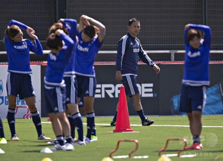 女子サッカーW杯カナダ大会に出場する女子日本代表の練習を見守る佐々木則夫監督(2015年6月10日撮影)。(c)AFP/ANDY CLARK ▼11Jun2015AFP|なでしこジャパン、カメルーン戦に向けて練習―女子サッカーW杯 http://www.afpbb.com/articles/-/3051350 #Japan_womens_national_football_team #Vancouver #Norio_Sasaki #佐々木則夫