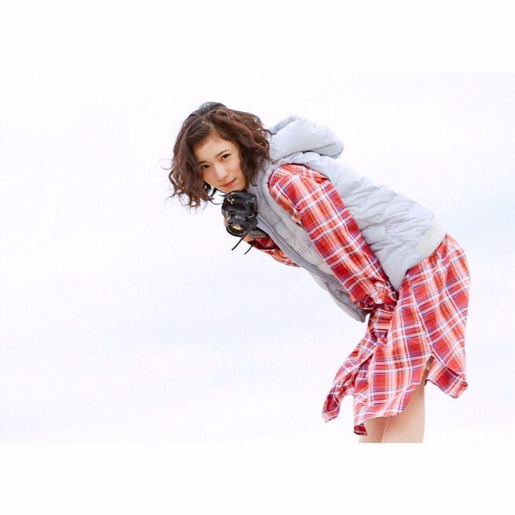 カメラ女子必見💭💭 #松岡茉優 さん #未公開ショット 大放出💕 . 春のハオリとしても使える チェックシャツワンピを着用していただきました♪ . ✔︎ wear item onepiece ¥8,200 [ 品番:171XS200 ] Red / Beige / Navy . #2017sscollectuion #furryrate #ファーリーレート #まつおかまゆ #まゆらー #カメラ女子 #チェックシャツ #シャツワンピ #ワンピース #春 #春物 #spring #fashion #2017ss #camera #check #onepiece #sky #📸