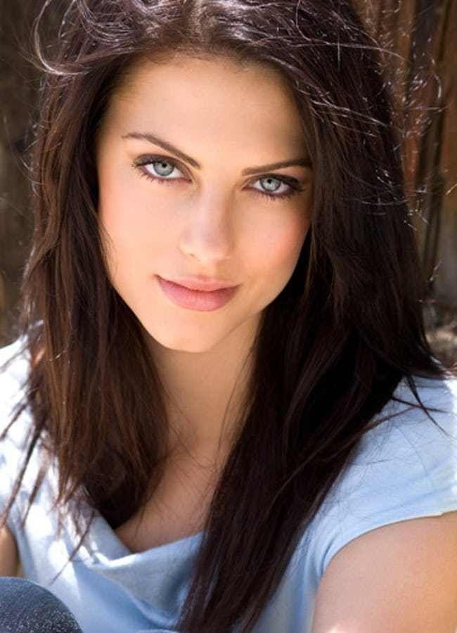 Pin By Lyn Sai On Look In You In 2020 Dark Hair Blue Eyes Woman