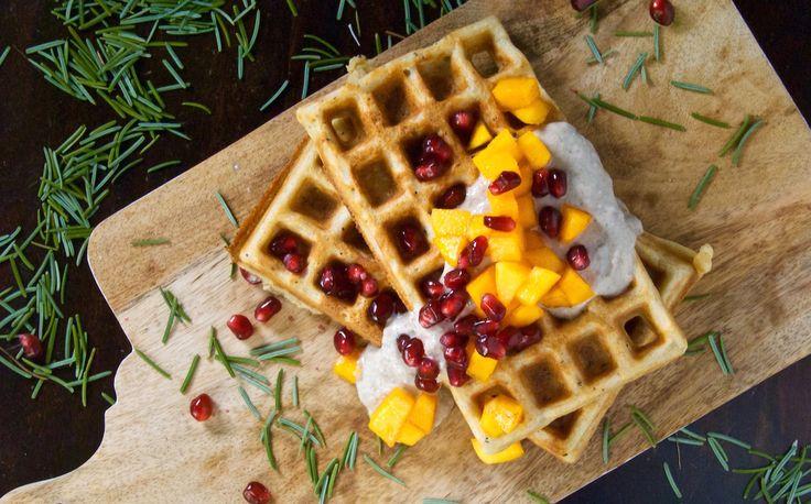Gluteenittomat ja maidottomat kookosvohvelit ovat erinomainen aamupala. Päälle tahiniraejuustoa ja hedelmiä, eikä päivä voisi juuri paremmin alkaa.