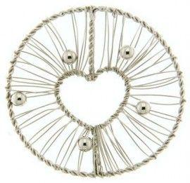 Opengewerkte MY iMenso munt uitgevoerd in 925 sterling zilveren gedraaide draad in de vorm van een cirkel met van boven naar beneden een gedraaide lijn naar beneden en in het midden daarvan een hartvorm, voorzien van losse omwikkelingen van zilverdraad, op vijf verschillende plekken voorzien van een zilveren kraal. Deze munt kan gedragen worden in combinatie met de MY iMenso oorbellen 27-0667Maak nu ook uw outfit compleet met MY iMenso munt-sieraden!