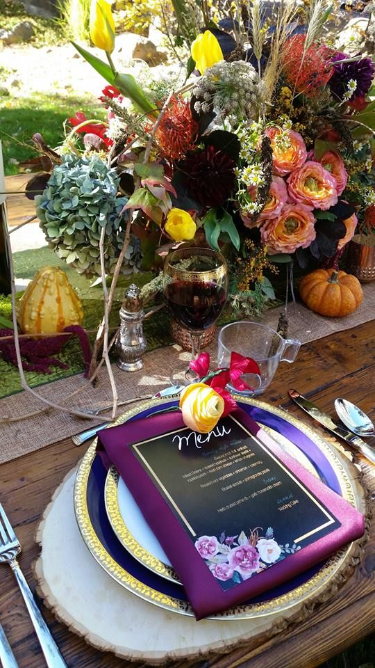 The magic is in the details! LOVE this fall table scape with beautiful pops of plum, orange, and blush <3
