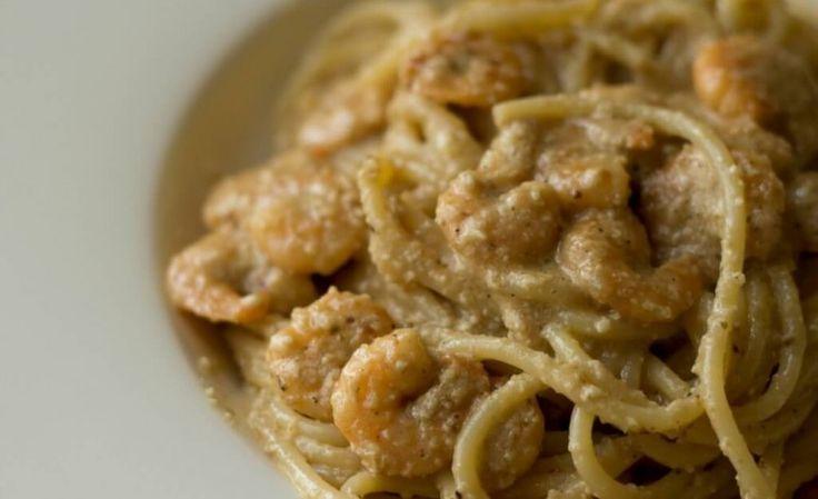Spaghetti con crema di noci e gamberetti