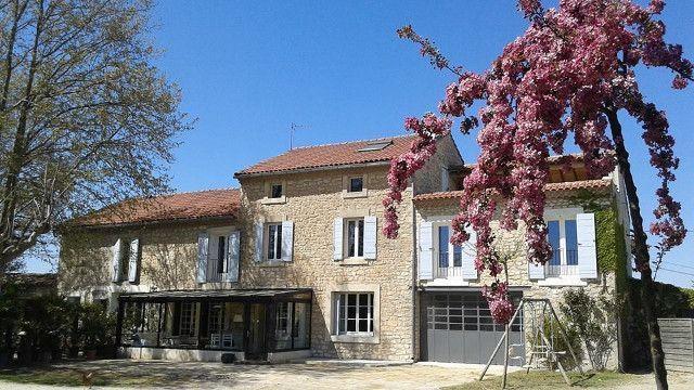 Maison de vacances à louer à Pernes-les-Fontaines en Provence. Le mas se compose de 5 chambres à l'étage, 3 salles de bain dont 1 en rez-de-chaussée, une cuisine équipée, un salle de séjour, 4 WC, jardin, grande piscine, pool house, terrain de pétanque, baby-foot, table de ping-pong, plancha, barbecue à gaz. Pour 11 personnes + bébé.