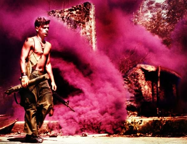 Rootin' Tootin' Raspberry, 1969. A member of the U.S. Army 101st Airborne Division sets smoke for a helicopter extraction near Tam Kỳ in the Quảng Tín Province. Photo by Captain Roger Hawkins, U.S. Army.  La guerra de Vietnam - Página 2 - América Militar