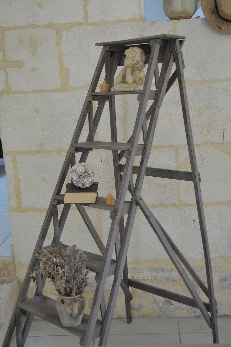 AMATXI Déco Créations - Escabeau ancien peint avec un mélange de CHALK PAINT™ par Annie SLOAN - couleur French linon et la cire molle.