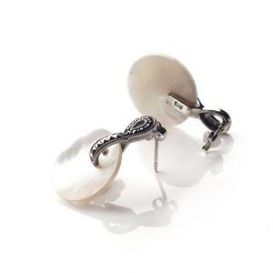 """kolczyki """"Olivia"""" srebrne z białą muszlą i markazytami."""