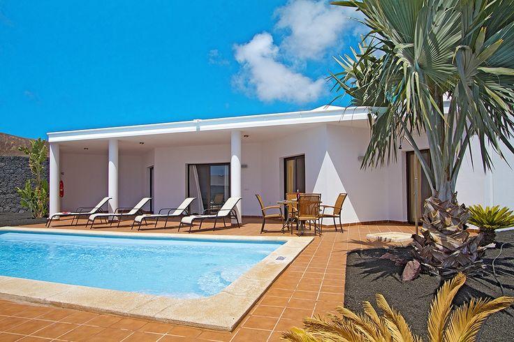 Description: Volop luxe en ruimte inde vrijstaande vakantievilla's met privé zwembad in Playa Blanca Privé zwembad bij je witte vakantievilla Villa's Blancas ofwel de witte villa?s. Wit sommigen beweren dat het de kleur van de hoop is. Sommigen beweren dat wit helemaal geen kleur is maar als je de twaalf Villa's Blancas in het vizier krijgt kan je alleen maar vaststellen dat schitterend wit onder de Canarische zon een perfecte combinatie vormt met het helderblauwvan je privé zwembad…