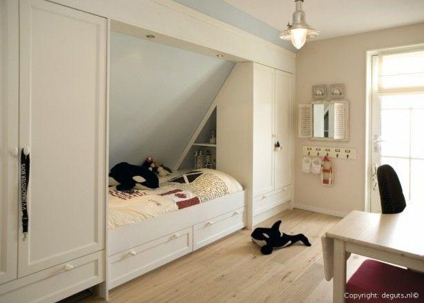 Leuk idee om een slaapkamer op zolder te maken en het bed in de schuine wand te plaatsen met kastruimte!