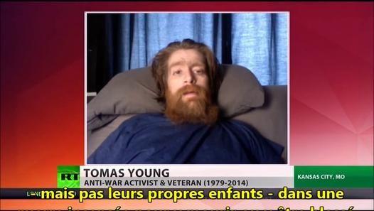 """Tomas Young, vétéran de la guerre d'Irak, est mort lundi 10 novembre. En 2004, Thomas Young a 24ans lorsqu'il est touché par deux balles. Une dans la jambe, l'autre dans la moelle épinière. Devenu paraplégique, il ne cessera de fustiger la « boucherie inutile » que fut l'invasion de l'Irak...  """"Mon jour du jugement dernier approche. Le vôtre viendra. J'espère que vous serez envoyé devant un tribunal. J'espère que, pour le salut de votre âme, vous trouverez le courage moral pour affronter ce…"""