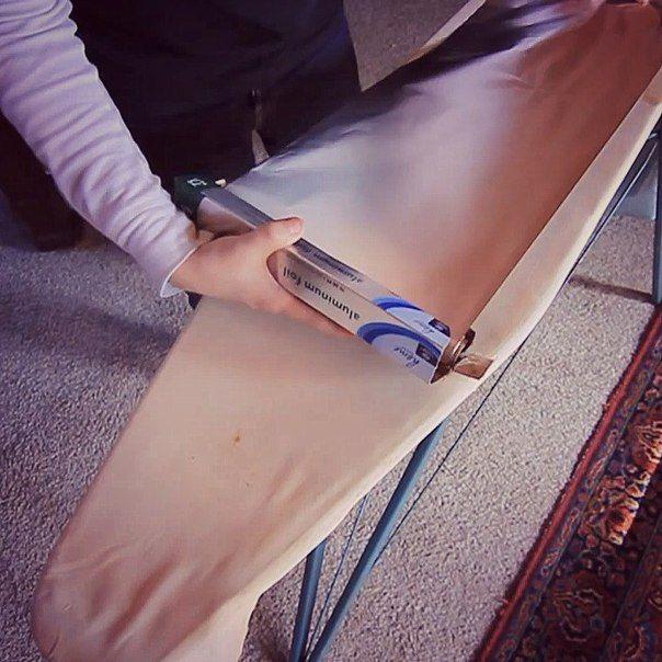 Sneller en gemakkelijker strijken kleren: Leg een vel aluminiumfolie onder de bekleding strijkplank (of onder een vlakke ondergrond).  Hitte beïnvloedt, en strijken wordt gelijktijdig uitgevoerd vanaf beide kanten.