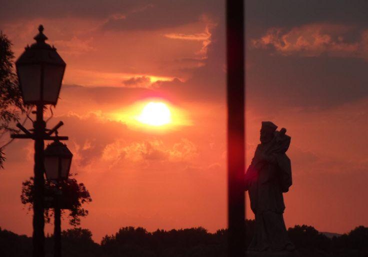 Dunaparti naplemente, háttérben a Nepomuki Szent János szobor