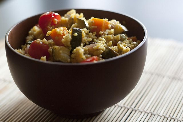 Încercați această combinație de cuș-cuș, legume și plante aromatice. Va fi su siguranță un succes.