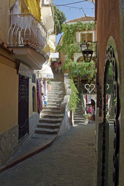 """Visite o mundo: """"Via die Mulini em Positano, Costa de Amalfi, Itália (por aadevore).  """""""