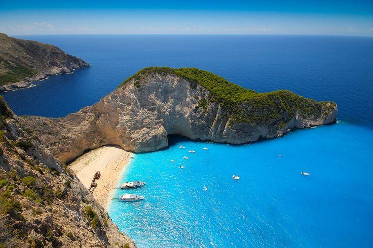 A praia de Navagio Beach, ou Praia do Naufrágio  na Grécia e é considerada a mais bonita do mundo! Banhada por um mar cristalino,  fica na ilha de Zakynthos, costa oeste da Grécia. É cercada por um enorme rochedo, onde é possível ter uma vista privilegiada do local. Navagio está localizado na costa noroeste da ilha. A faixa de praia é acessível apenas por barco, os passeios saem de Porto Vromi para  o sul, e do porto de São Nikolas em Volimes para o nordeste.