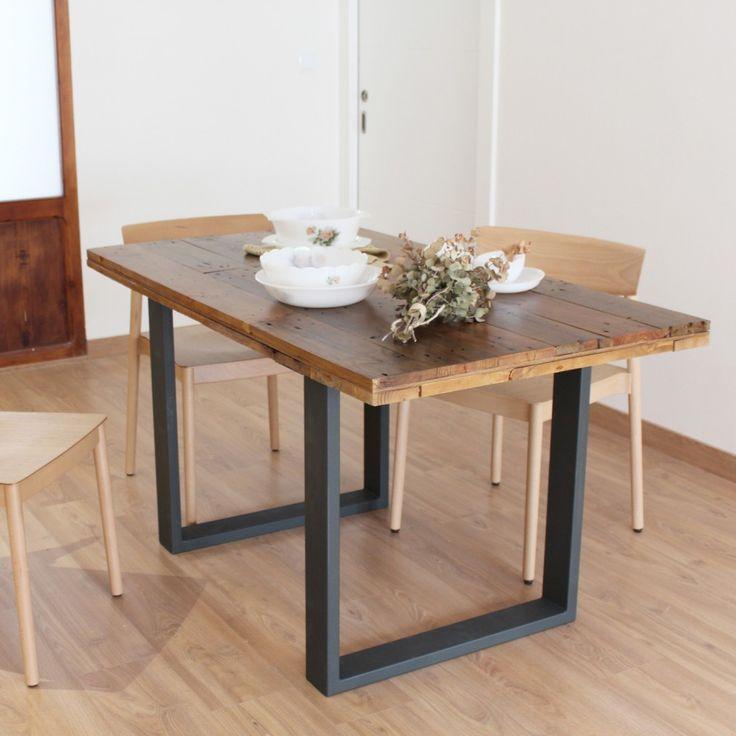 Mesa de comedor con superficie de tableros de madera reciclada y patas de acero.  Preciosa mesa para el comedor, fabricada con tablas recicladas de madera de palet que le confieren un aspecto rústico, elegante y actual. Las tablas están fijadas y colocadas sobre un bastidor de madera facilitando un correcto alineamiento de las tablas y solidez