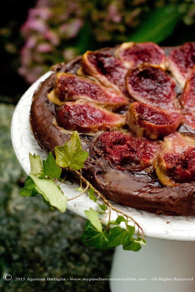 A fabulous #fig and #chocolate #cake...what else? ^_^ Beautiful Summer!| http://www.mypaneburroemarmellata.com/2015/09/torta-di-fichi-e-cioccolato.html