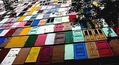 via Rodrigo Barba, esse predio revestido  de portas recuperadas em caçambas, é um exemplo de como reciclar idéias e virar sensação na web