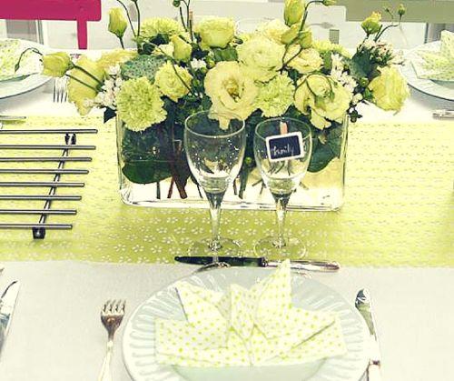 La table de communion de Maelys -Des serviettes pré-pliées, un chemin de table en dentelle ajouré Mesa Bella Blog