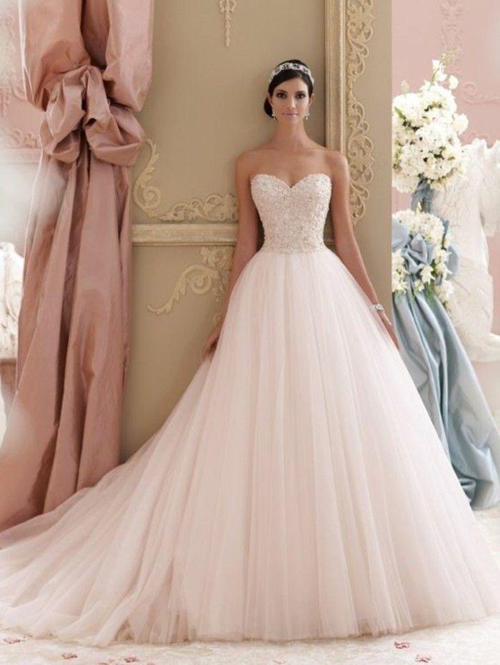 Brautkleid in Rosa mit langer schleppe