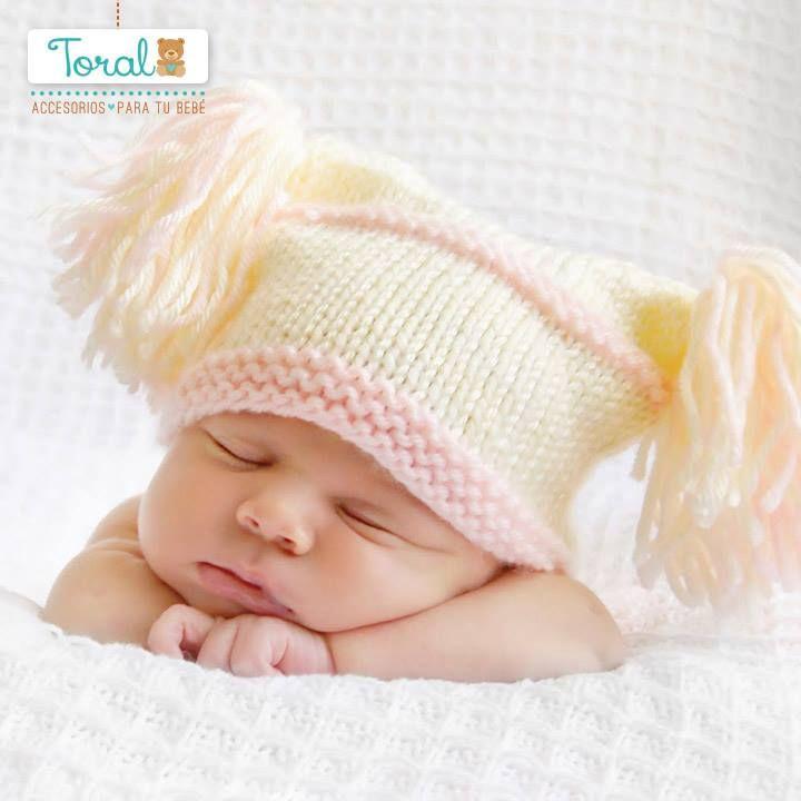 A la hora dormir asegúrate que la separación de las barras de la cuna de tu bebé no superen los 9 cm para protegerlo de posibles caídas. Te sugerimos dos de nuestros productos: el colchón para el corral y el forro protector. Cómpralos en nuestra tienda virtual www.bebetotal.com