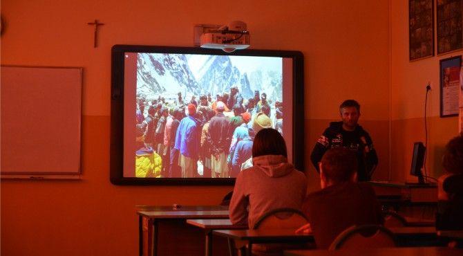 Dnia 9.04 mieliśmy zaszczyt gościć w naszej szkole znanego lubelskiego alpinistę Pana Piotra Tomalę. Była to niepowtarzalna okazja do zadania kilku nurtujących i tym samym interesujących nas pytań związanych ze wspinaczka wysokogórską.