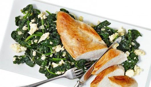 : Hier landet geballte Power auf dem Tisch. Hähnchen und Spinat schmecken nicht nur gut, sondern liefern mit Eiweiß und Calcium auch noch zwei wichtige Nährstoffe.