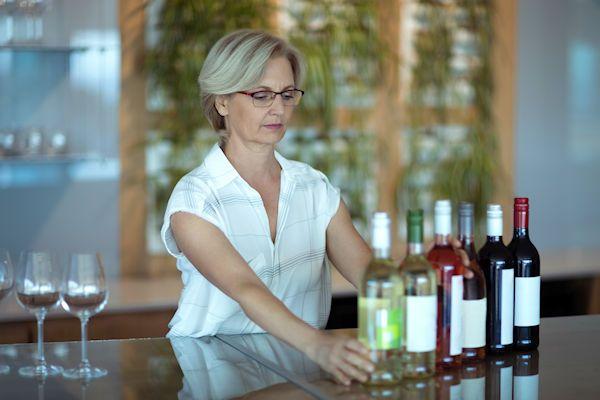 Je werkdag beginnen met paar glazen wijn zorgt voor een ontspannen sfeer en meer werkplezier. Dat zegt Anne Romdijk van de Stichting Kantoorwijn, die het gebruik van wijn tijdens het werk wil promoten. De meeste Nederlanders drinken graag een glaasje wijn. Toch wordt er op de werkplek relatief weinig gedronken, vergeleken met thuis of in de kroeg. Vooral op maandagochtend [...]