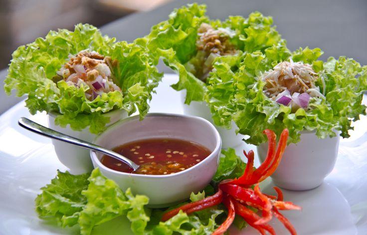 Myang Kung - Cestinhas de alface recheadas com gengibre, camarão, coco dourado e amendoim, acompanha molho de mel picante.