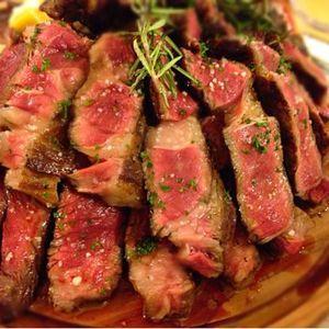 お店の入口に熟成肉の山‼その熟成肉を堪能しました‼≪自家製ソーセージ≫は、煙モクモク、ローズマリーで燻製です‼≪生ベーコン≫とろりとした舌触り♪≪ラムチョップ≫こんな美味い肉…ってこれ前菜⁉そしてお待ちかね、生肉の塊が旗を立ててお目見えです‼≪リブロース≫470g≪骨付き肩ロース≫ 540g焼き加減は「ベリーレア」にしました。これは、癖になりますね!最高に楽しいし美味しいです。