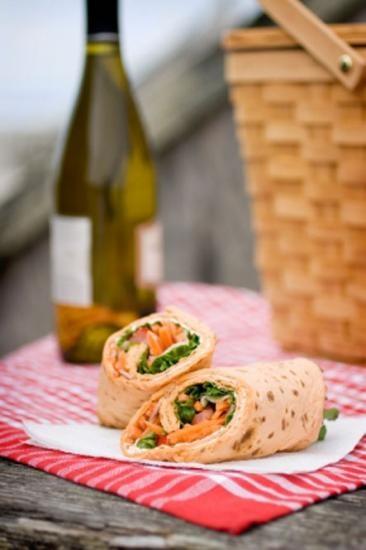 pique nique de wrap avec une bouteille de vin #picnic #piquenique #vin #wrap #bouteille #bottle