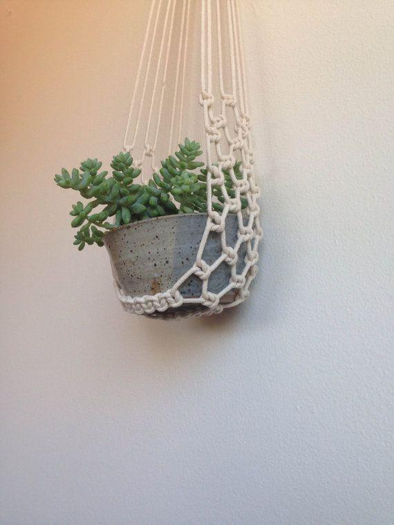 Artículos similares a Macrame planta cuna con tazón de cerámica. en Etsy