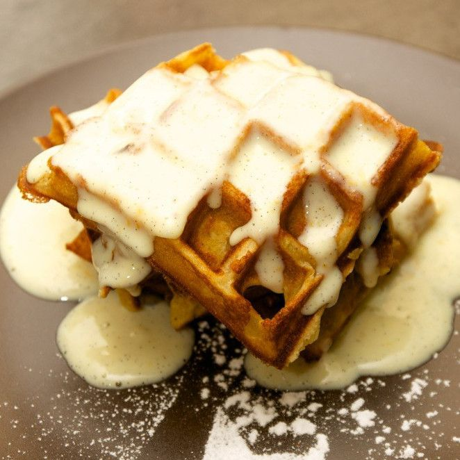 Genießen Sie diese winterliche Waffel-Variante mit Apfel, Zimt und Vanillesauce - von Foodblogger Chef Hansen.