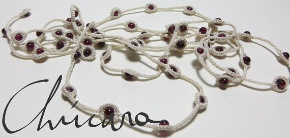 Long necklace crocheted with cotton thread and garnet, by Chúcara.