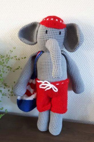 Ollie de olifant - Ollie is een vrolijke olifant, die graag gaat zwemmen. Hij heeft dan ook zijn badtas al over zijn schouder gehangen en is er helemaal klaar voor. Hoogte ongeveer 32 cm. Ollie heeft geen kraaloogjes. - Petra's Hobby site