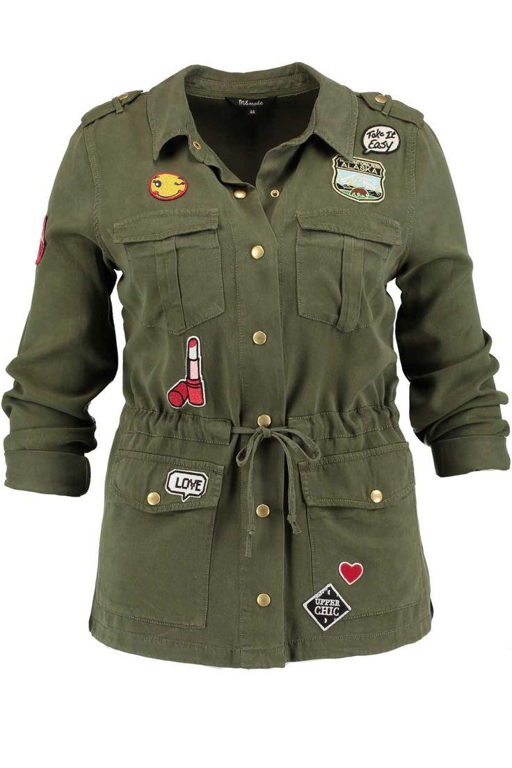 Les patchs sont très à la mode. Cette veste militaire se ferme avec des boutons pression et a beaucoup de jolis patchs. On peut la cintrer entirant sur les cordons qu'il y a à la taille. À porter avec un jeandécontracté ou pour un style casual chic avec un pantalon noirmagique!Coupe : CintréeConseils de lavage : Lavable en machine