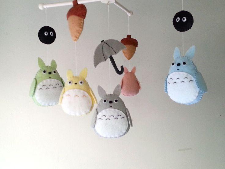 "Lit bébé mobile, forêt mobile, mobile, animal se sentait mobile ""mon voisin Totoro 2"" par Feltnjoy sur Etsy https://www.etsy.com/ca-fr/listing/190646626/lit-bebe-mobile-foret-mobile-mobile"