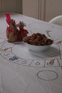 ~Zelfgemaakt Sinterklaas-spel: de pionnen zijn zakjes pepernoten met gekleurd lint~