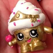 Cupcake Queen (Shopkins 1-137) Cupcake Queen is a golden cupcake with white frosting and pink sprinkles. She wears a golden crown and holds in her hand a pink apple scepter. She has no variants.