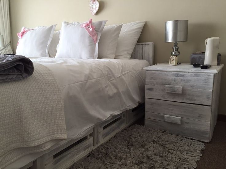Wood Pallet Bed With Side #Tables | 101 Pallet Ideas