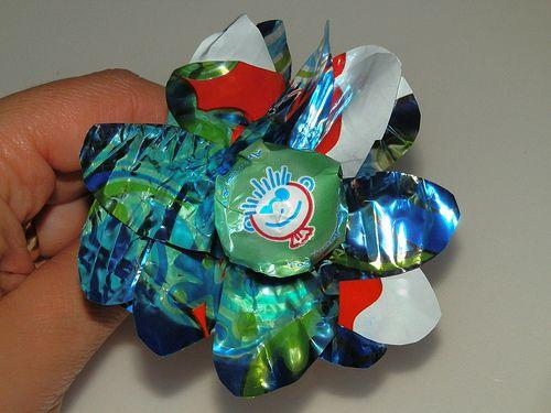 I fiori lecca lecca riciclando la carta delle uova di cioccolata.