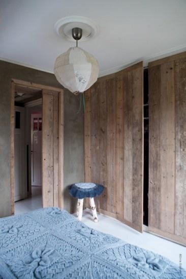 Prachtige slaapkamer met betonlookmuren Door betonlookdesign