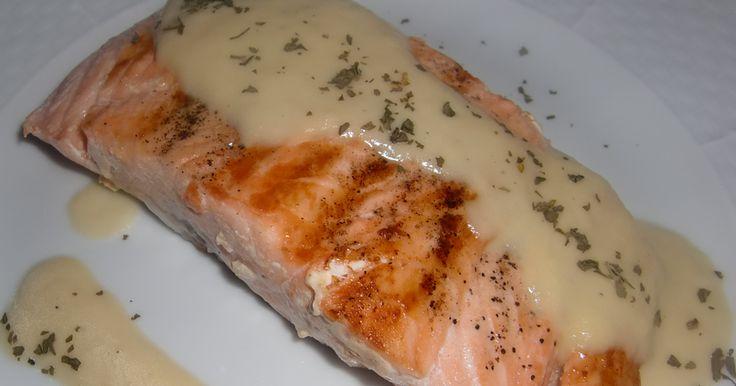 Un plato de salmón con una deliciosa salsa de puerros