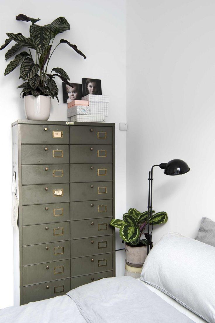 Slaapkamer met metalen ladenkast | Bedroom with metal dresser | vtwonen 11-2017 | Fotografie Anke Leunissen | Styling Kim de Groot