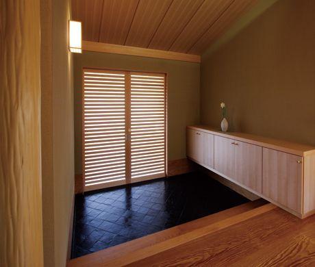 黒御影石の床と格子戸が印象的な本格数寄屋造りの邸宅。 デザイン ナチュラル 