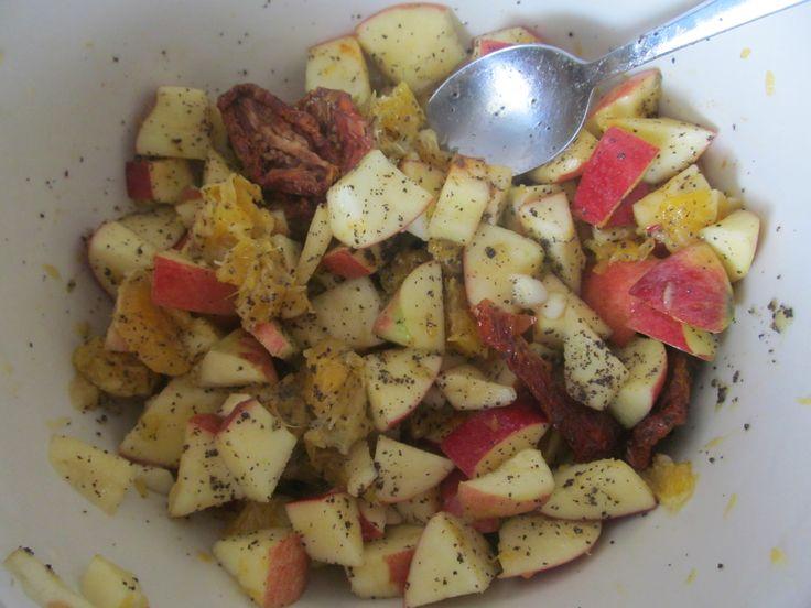 Jablka s pomerančem, sušenými rajčaty, česnekem, olivovým olejem, mandlemi, trochou máku a náloží chilli :D