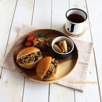 焼きそばパンの朝食プレートと爽やか〜苺バナナベリーのフルブラソーダ ...