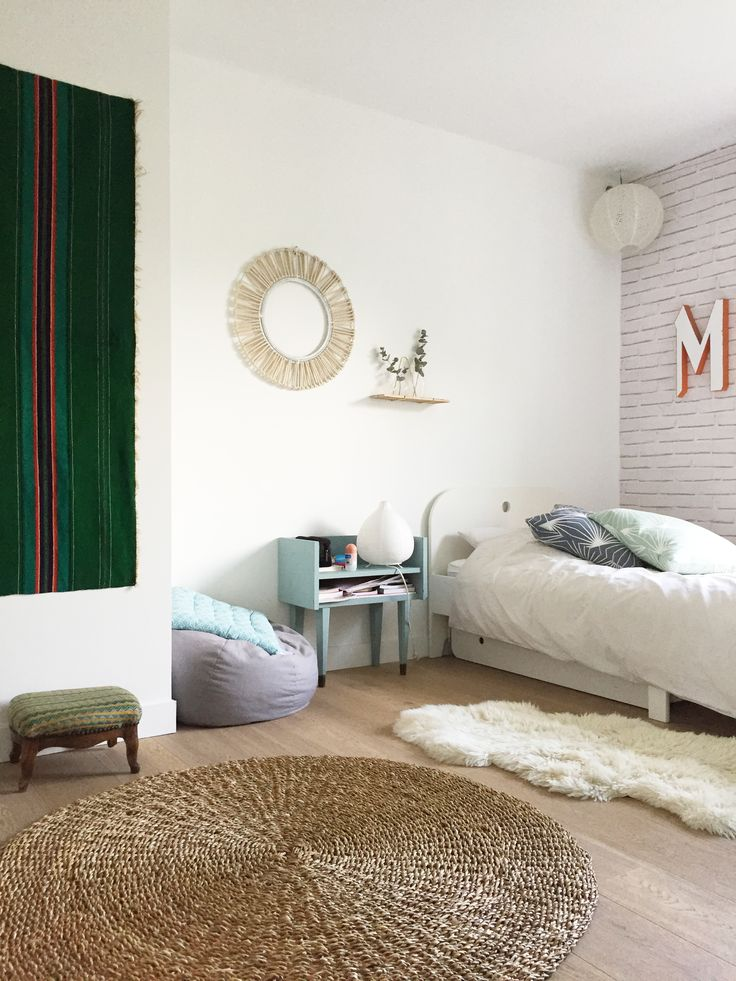 kids bedroom / white bed / tapis jonc de mer / sun mirror / fur ruf